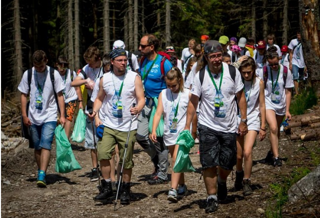 Volunteers clear rubbish from Poland's Tatra Mountains. Photo: Mateusz Szelc/Czyste Tatry.