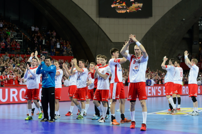 Polish players applaud fans after wrapping up their last match of the tournament, Friday 29 January, Wrocław. Photo: PAP/Jakub Kaczmarczyk