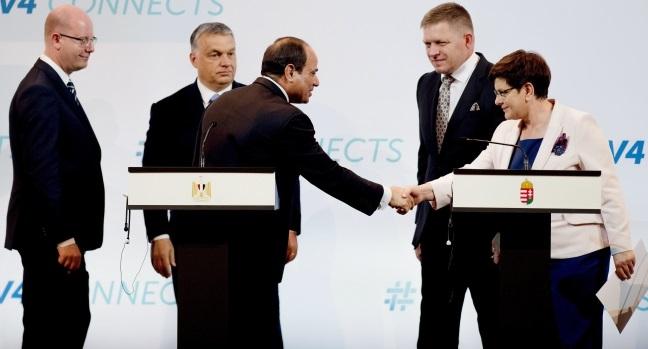 Prezydent Egiptu Abdel Fattah al-Sisi ściska dłoń premier Beaty Szydlo w trakcie konferencji prasowej z udziałem premierów Czech, Węgier i Słowacji (Bohuslav Sobotka, Viktor Orban i Robert Fico) na szczycie V4.
