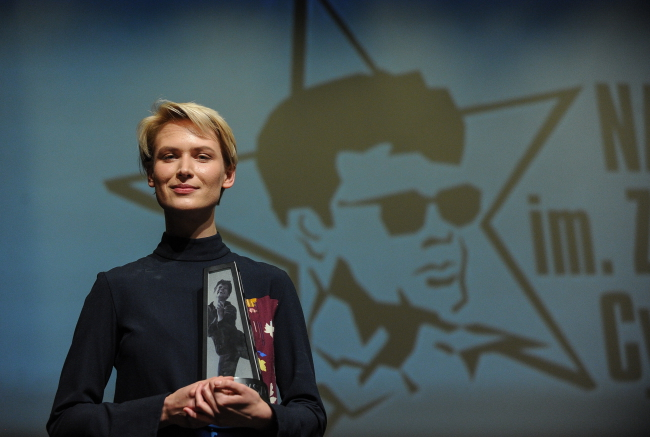 Agnieszka Żulewska collects the award at Warsaw's Kino Elektronik. Photo: PAP/Marcin Obara