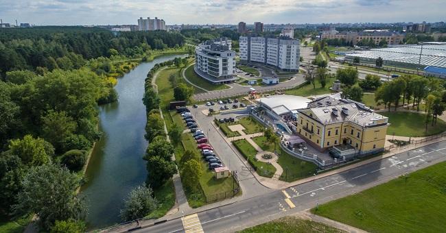 Рог вул. Парніковай (на першым пляне) і Філімонава (пэрпэндыкулярна справа). Жоўты будынак — былы палац Ваньковічаў. Зялёны газон справа ад яго — месцазнаходжаньне падмуркаў палацу Радзівілаў