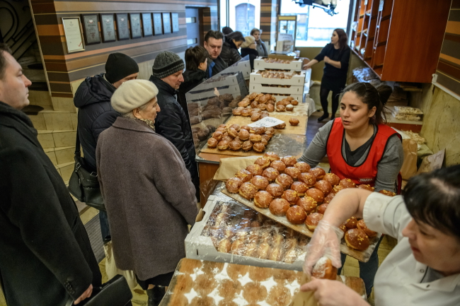 Poles queue up for doughnuts at a bakery in Lublin, eastern Poland, 4 February. Photo: PAP/Wojciech Pacewicz