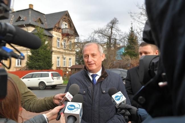Sławomir Neumann talks to reporters after testifying to prosecutors in Jelenia Góra on Monday. Photo: PAP/Jan Karwowski