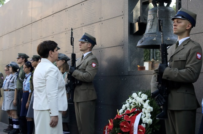 Prime Minister Beata Szydło lays flowers at the Warsaw Uprising museum. Photo: PAP/Tomasz Gzell