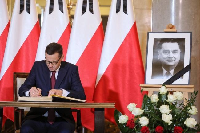 Polish Prime Minister Mateusz Morawiecki signs a book of condolence for the late Jan Olszewski. Photo: PAP/Paweł Supernak