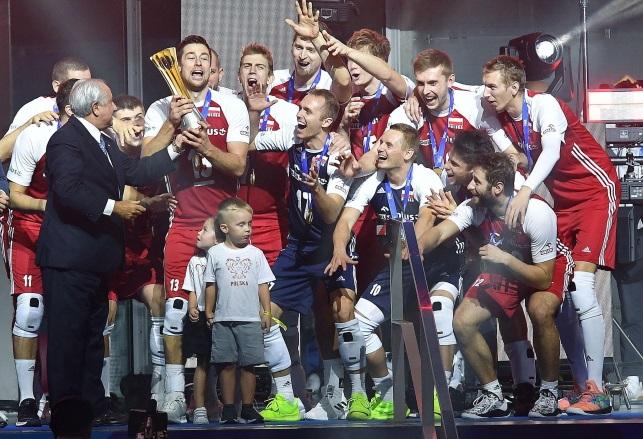 Поляки празднуют победу в финале Чемпионата мира по волейболу среди мужчин в Турине