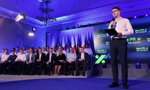Пресс-секретарь правительства Петр Мюллер (справа) во время встречи с молодыми #BezPITdlaMłodych (#БезНДФЛдляМолодых)