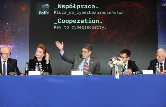 Константин-Езёрна, 8 ноября 2018 г. Заключительная встреча на польско-американских учениях по кибербезопасности CyberStrike. Слева направо: Кшиштоф Тхужевский (1), Рик Перри (3)