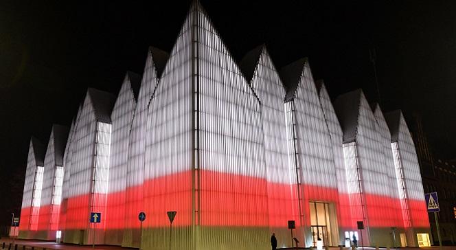 Бело-красная подсветка Щецинской филармонии.