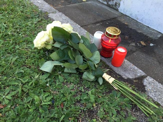 Цветы и свечи под посольством РФ в Варшаве, фото - Михаил Черняк