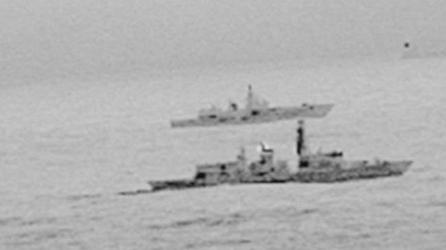 Brytyjska fregata eskortuje rosyjski okręt.  Foto: PAP/EPA/ROYAL NAVY HANDOUT