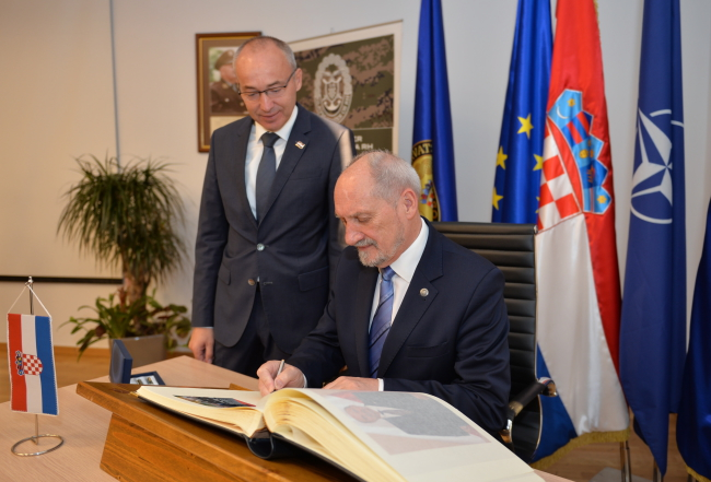 Damir Krstičević and Antoni Macierewicz. Photo: PAP/MON/Robert Siemaszko.