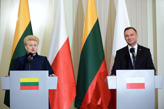 Polish President Andrzej Duda (R) and Lithuanian President Dalia Grybauskaite (L) attend a press conference after their meeting at the Presidential Palace in Warsaw, Poland, 21 February 2019. Photo: EPA/MARCIN OBARA