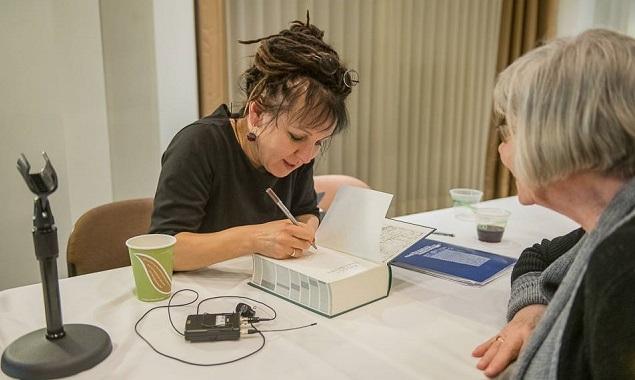 Польская писательница Ольга Токарчук (слева) подписывает свою книгу