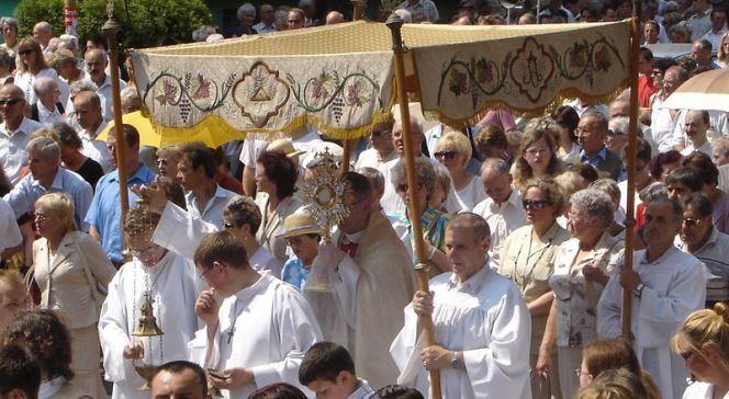 Prozessionen mit einer geweihten Hostie ziehen durch die Straßen