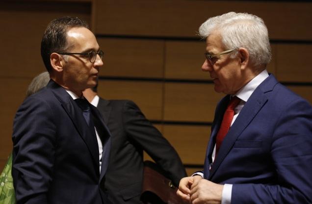Министр иностранных дел Германии Хайко Маас (слева) и министр иностранных дел Польши Яцек Чапутович (справа) в начале заседания Совета иностранных дел в Люксембурге