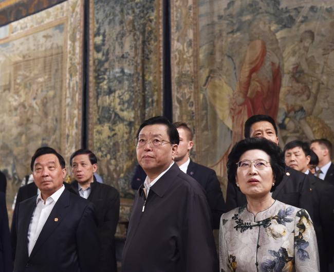 Чжан Дэцзян (в центре).