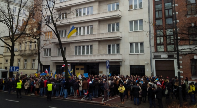 Українська громада під Посольством України у Варшаві 24-го листопада 2013 р.
