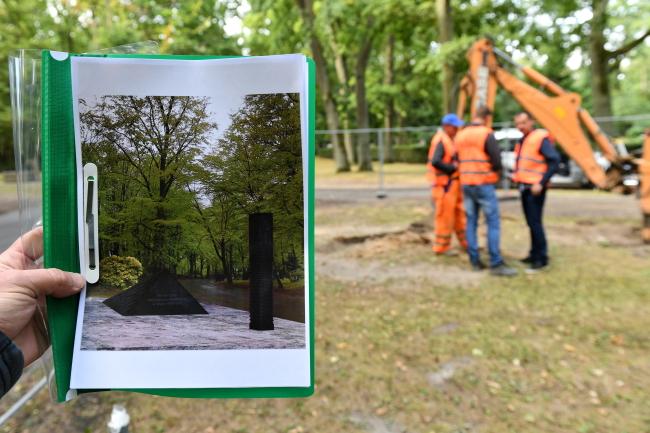 27 серпня, Щецін, початок будівельних робіт на цвинтарі. Ліворуч візуалізація майбутнього пам'ятника