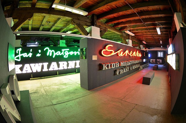 The Neon Museum at 25 Mińska St. in Warsaw. Photo: Adrian Grycuk [CC BY-SA 3.0 pl (https://creativecommons.org/licenses/by-sa/3.0/pl/deed.en)], from Wikimedia Commons