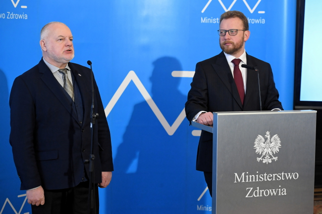 Министр здравоохранения Лукаш Шумовский (справа) и председатель Национального фонда здравоохранения Анджей Яцина (слева) во время брифинга, посвященного повышению доступности медицинских пособий