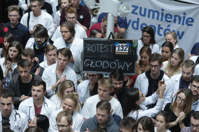Protesting resident doctors count the hours of hunger strike. Photo: PAP/Tomasz Gzell.