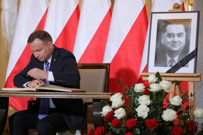 Polish President Andrzej Duda signs a book of condolence for the late Jan Olszewski in Warsaw on Monday. Photo: PAP/Paweł Supernak