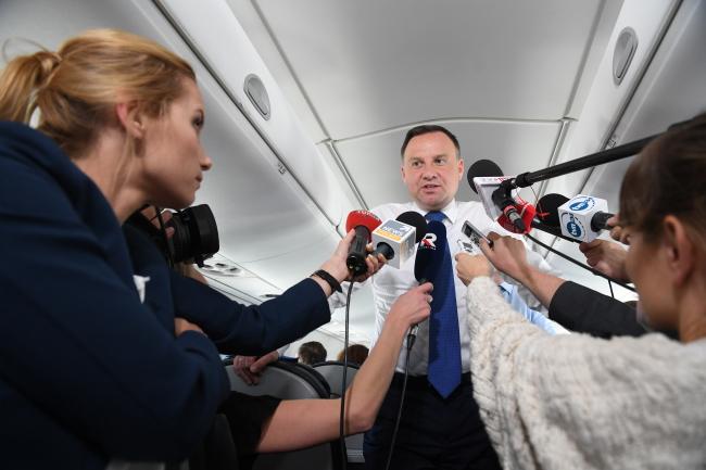 Президент Польщі Анджей Дуда під час повернення до Польщі з саміту НАТО у Брюсселі дає інтерв'ю журналістам