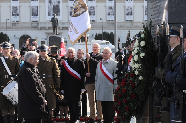 Poland's ruling party leader Jarosław Kaczyński (left) takes part in a wreath-laying ceremony at Warsaw's Piłsudski Square on Wednesday. Photo: PAP/Paweł Supernak