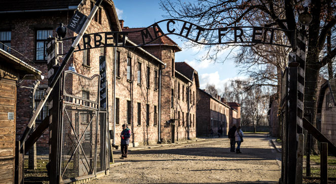 Brama obozu koncentracyjnego Auschwitz-Birkenau. Foto: flickr/Mattia Panciroli