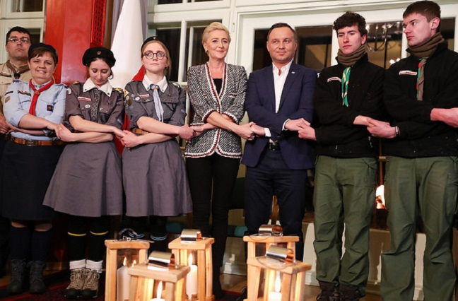 First Lady Agata Kornhauser Duda and Andrzej Duda with guides and scouts. Photo: Grzegorz Jakubowski/KPRP