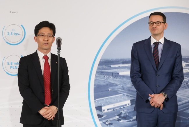 Poland's Deputy PM Mateusz Morawiecki (right) and LG Chem Wrocław Energy CEO Soon Cheol Choi brief reporters on details of the project in Warsaw on Thursday. Photo: PAP/Paweł Supernak