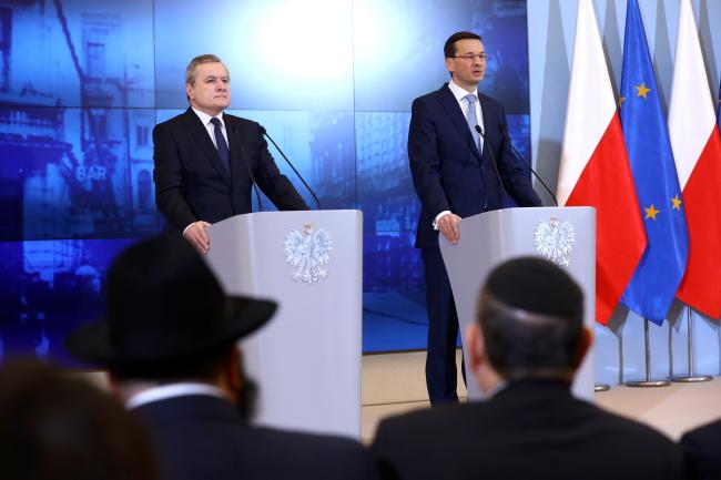Прем'єр-міністр Матеуш Моравєцький (праворуч) і міністр культури Пйотр Ґлінський (ліворуч)