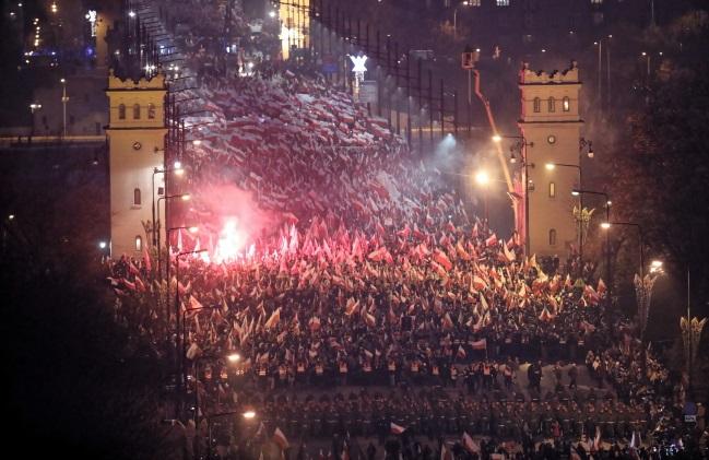 """Участники бело-красного марша """"Тебе, Польша"""" проходят через Мост Понятовского в Варшаве"""
