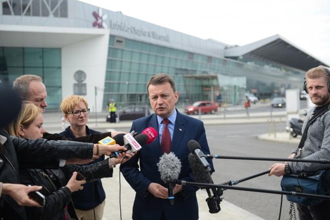 Polish Defence Minister Mariusz Błaszczak (centre). Photo: PAP/Jakub Kamiński