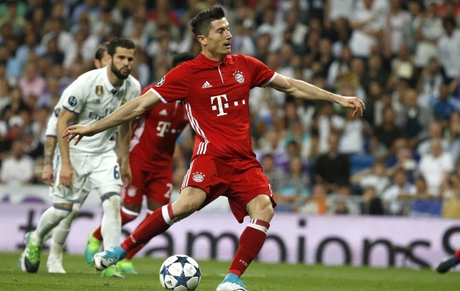 Robert Lewandowski scores from the penalty spot during the UEFA Champions League quarter final, second leg soccer match between Real Madrid and Bayern Munich at Santiago Bernabeu stadium in Madrid. Photo: EPA/KIKO HUESCA