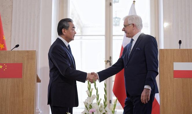 Ministrowie Wang Yi i Jacek Czaputowicz w trakcie spotkania w Warszawie
