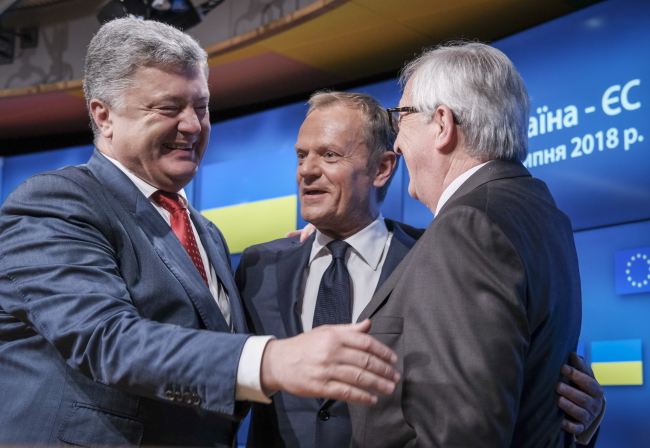 Президент Украины Петро Порошенко с председателем Европейского совета Дональдом Туском и председателем Европейской комиссии Жан-Клодом Юнкером во время пресс-конференции по окончании саммита в Брюсселе