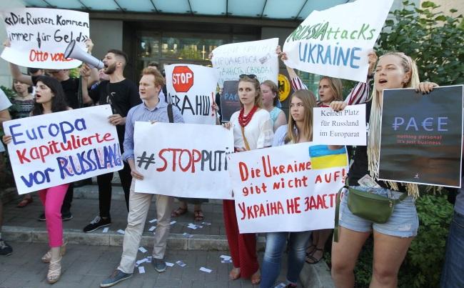 Протест против возвращения РФ в ПАСЕ у здания посольтсва Германии в Киеве. Протесты также прошли у посольства Италии