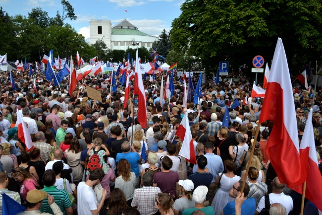 Protest outside parliament in Warsaw. Photo: PAP/Jacek Turczyk