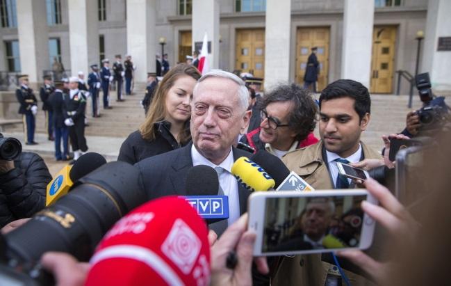 Министр обороны США Джеймс Мэттис (в центре) выступает перед представителями СМИ перед началом встречи с министром национальной обороны Польши Мариушем Блащаком в Пентагоне