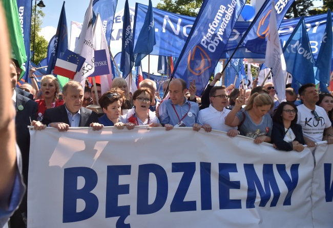 Protesters at the anti-government, pro-EU march. Photo: PAP/Radek Pietruszka