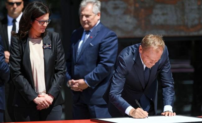 Председатель Европейского cовета Дональд Туск (справа) подписывает Декларацию свободы и солидарности