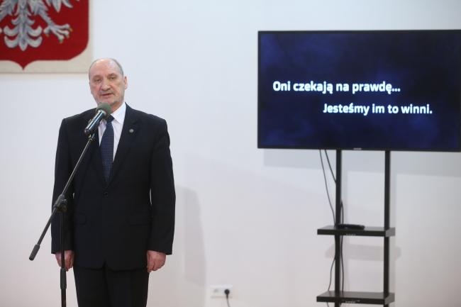 """Министр обороны Польши Антони Мацеревич. Надпись на экране: """"Они ждут правду. Это наш долг перед ними""""."""