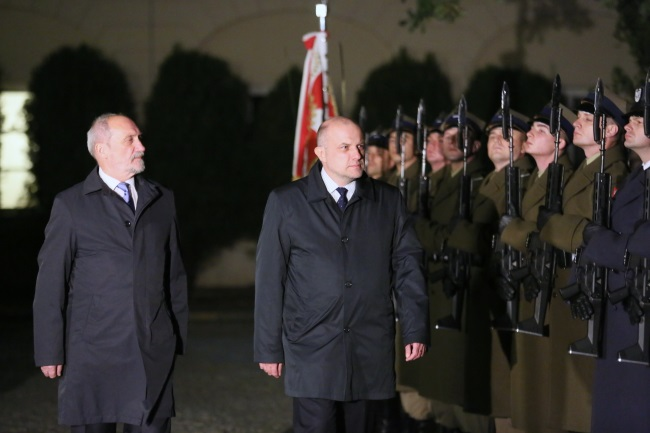Poland's Defence Minister Antoni Macierewicz (left) and his Estonian counterpart Jüri Luik (centre) during a welcoming ceremony in Warsaw on Monday evening. Photo: PAP/Leszek Szymański