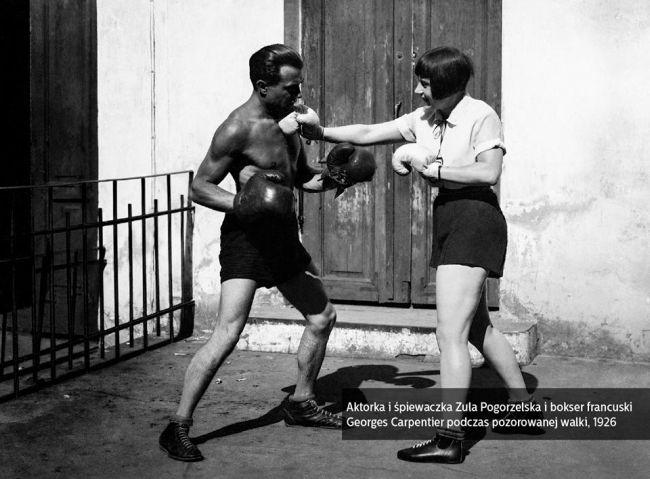 Актриса и певица Зуля Погожельская и французский боксер Жорж Карпентьер во время инсценированного боксерского раунда (1926 г.)