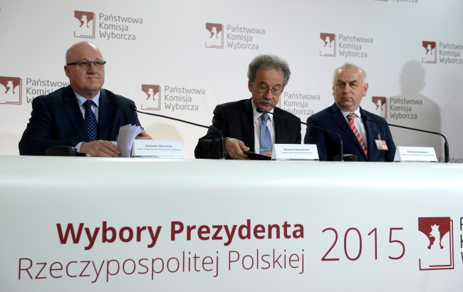 Members of the PKW State Electoral Commission announce the result of the first round of the presidential election held on Sunday, 10 May 2015. From left, judges Sylwester Marciniak, Wojciech Hermeliński and Wiesław Kozielewicz. Photo: PAP/Bartłomiej Zborowski