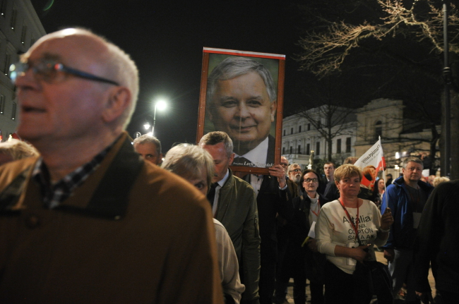 Marchers carry a portrait of the late President Lech Kaczyński who died in the 2010 Smolensk disaster. Photo: PAP/Marcin Obara.