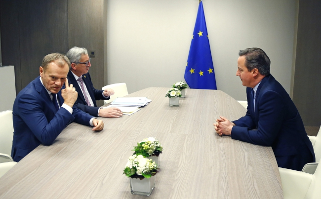 (L-R) European Council President Donald Tusk, European Commission President Jean-Claude Juncker and British Prime Minister David Cameron hold a meeting at the European Council in Brussels, Belgium, early 19 February 2016. Photo: EPA/YVES HERMAN