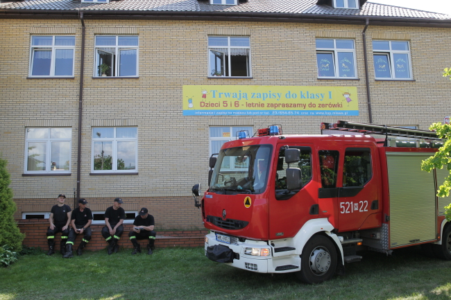 A fire truck at the school were children showed signs of poisoning. Photo:  PAP/Tomasz Waszczuk